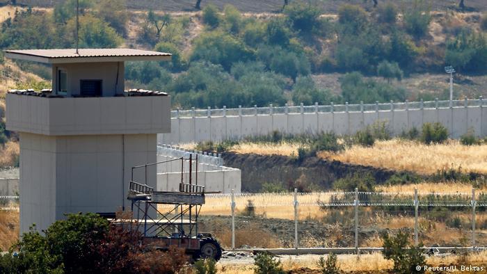 Türkei baut befestigt Grenez zu Syrien (Reuters/U. Bektas)