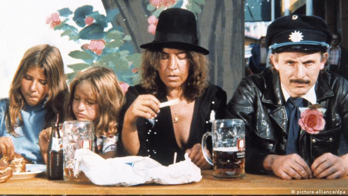 Filmstill 'Bierkampf' shows group at a beer table at the 1977 Oktoberfest (picture-alliance/dpa)