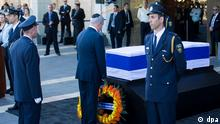 epa05561394 Israeli Prime Minister Benjamin Netanyahu (C) lays wreaths near the coffin of late Israeli President Shimon Peres, in the central Knesset plaza, in Jerusalem, Israel, 29 September 2016. Israel's elder statesman, 9th President, former Prime Minister and Nobel Peace Prize laureate died early 28 September 2016 at the age of 93 after suffering a stroke on 14 September. A state funeral will be held on 30 September which is expected to be attended by many world leaders. EPA/ATEF SAFADI +++(c) dpa - Bildfunk+++