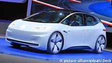 Beim Autosalon Paris (Mondial de l Automobile) wird am 29.09.2016 in Paris (Frankreich) beim ersten Pressetag der VW «I.D.», ein Konzeptauto mit rein elektrischem Antrieb, präsentiert. Vom 01.10. bis zum 16.10.2016 steht die alle zwei Jahre stattfindenden Messe Auto-Interessierten offen. Foto: Uli Deck/dpa +++(c) dpa - Bildfunk+++