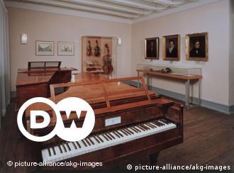 Beethoven aprendeu a tocar piano ainda criança, e compôs numerosas sonatas, concertos e outras obras para o instrumento. Beethoven era fascinado pelo Iluminismo e pelo novo movimento romântico da Europa. Sua música é revolucionária e foi decisiva na transição do estilo musical do Classicismo para o Romantismo.