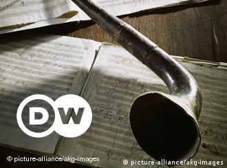 Beethoven começou a perder a audição em 1795. Em 1808, sua deficiência era grave, e dez anos mais tarde estava completamente surdo. Esta 'trombeta auditiva' faz parte do acervo da Casa Beethoven em Bonn e foi especialmente criada para ele pelo amigo Johann Maelzel, um inventor vienense. Beethoven usava cadernos de conversação para se comunicar por escrito. Apesar de a surdez não tê-lo impedido de compor, o diálogo com outras pessoas tornou-se difícil.