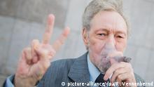 dpatopbilder Raucher Friedhelm Adolfs steht am 28.09.2016 vor dem Landgericht in Düsseldorf (Nordrhein-Westfalen) und raucht eine Zigarre und zeigt dabei das Victory-Zeichen. Adolfs (78) hat im spektakulären Rechtsstreit um den geplanten Rauswurf aus seiner Wohnung einen wichtigen Erfolg erzielt. Das Düsseldorfer Landgericht wies die Klage seiner Vermieterin ab. Foto: Rolf Vennenbernd/dpa +++(c) dpa - Bildfunk+++   Verwendung weltweit Copyright: picture-alliance/dpa/R. Vennenbernd