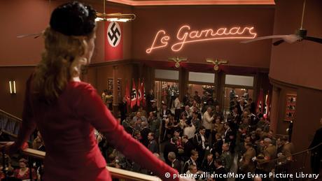 Πριν από δέκα χρόνια ο Ταραντίνο έκανε την έκπληξη με το Άδωξοι Μπάσταρδηπου εκτυλίσσεται την εποχή του Β' Παγκοσμίου Πολέμου. Στον Ταραντίνο ακόμη και το ναζιστικό καθεστώς γίνεται μια ιστορία γεμάτη δράση και ψυχαγωγία.