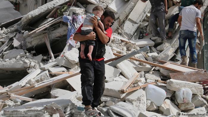 Syrien Krieg Mann mit verletztem Kind in Aleppo (Reuters/A. Ismail )