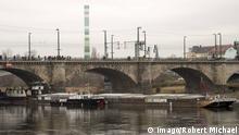 Sicherheitskräfte fanden die Attrappe an einem Pfeiler der Dresdener Marienbrücke