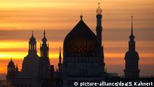 The Frauenkirche (L-R), the Katholische Hofkirche, the former cigarette factory Yenidze and the palace tower are pictured during sunrise in Dresden, Germany, 03 December 2013. Photo: Sebastian Kahnert/ZB | Verwendung weltweit Copyright: picture-alliance/dpa/S. Kahnert