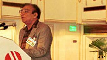 Ahmed Faraz, left, famous Pakistani poet recites his poem about Pakistani-Indian relations at a seminar, Friday, Feb 12, 1999 in Islamabad (Photo: AP / B.K.Bangash)