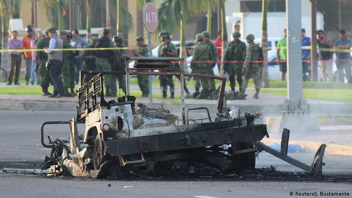 Mexico Sinaloa Culiacan - Verbranntes Militärfahrzeug