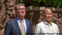 Ash Carter and Delfin N. Lorenzana (Picture-Alliance/AP Photo/E. Tanner)
