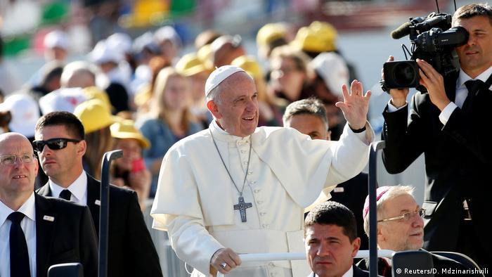 Georgien Tbilisi - Papst Franziskus im Stadion in Mikheil Meshki (Reuters/D. Mdzinarishvili)