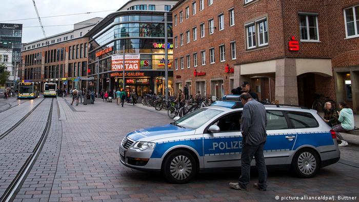 Наряд полиции на полщади Мариенплац в Шверине