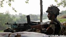 Pakistan | Kaschmir | An Indian army soldier keeps guard from a bunker near the border with Pakistan in Abdullian
