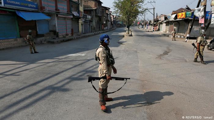 Indien | Kaschmir | Indian policemen stand guard in a deserted street during a curfew in Srinagar (REUTERS/D. Ismail)
