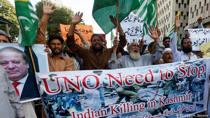 Pakistanische Demonstranten halten ein Plakat mit der Aufschrift Die UN müssen das Töten der Inder in Kashmir stoppen (Foto: Reuters)