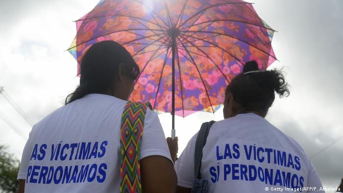 Las víctimas de la masacre de Bojayá, perpetrada en 2002 por las FARC, pidieron que se aplique el acuerdo de paz alcanzado pese a que fue rechazado en plebiscito. La voluntad de las víctimas del conflicto armado debe ser respetadas, dicen, y concluyen que por lo que quienes votaron no en el plebiscito tienen una deuda con sus derechos. (05.10.2016)