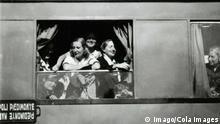 Italien Frau schaut am Fenster vom Zug von Neapel nach Piedimonte