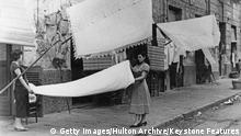 Italien Zwei Frauen hängen Wäsche auf in Neapel der 50er