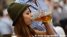 Bildergalerie Oktoberfest 27.09.2016+++Vera, a young woman wearing traditional Bavarian dress Dirndl, enjoys a beer under a tent during the Oktoberfest beer festival fair at the Theresienwiese in Munich, southern Germany, on September 27, 2012. The world's biggest beer festival Oktoberfest will run until October 7, 2012. AFP PHOTO / CHRISTOF STACHE (Photo credit should read CHRISTOF STACHE/AFP/GettyImages) (c) Getty Images/AFP/C. Stache