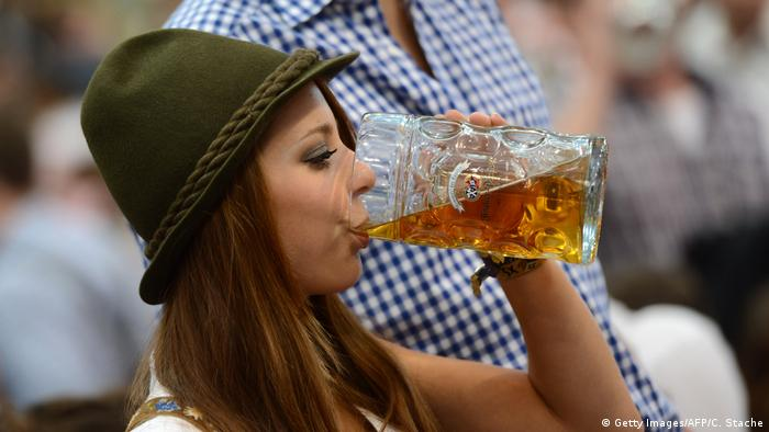 Young woman with a beer at Oktoberfest (Getty Images/AFP/C. Stache)