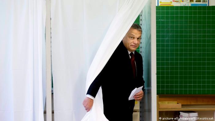 Ungarn Premierminister Viktor Orban gibt seine Stimme beim Referendum ab (picture-alliance/dpa/S. Koszticsak)