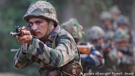 Indien Pakistan Tote nach Angriff auf indisches Militärlager (picture alliance/AP Photo/C. Anand)