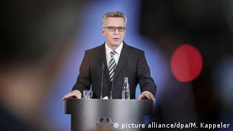 Deutschland Innenminister de Maizière zur Zahl der Asylbewerber (picture alliance/dpa/M. Kappeler)