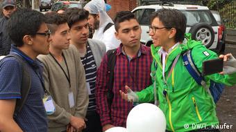Senatorin Claudia Lopez diskutiert am Wahltag mit Studenten (DW/T. Käufer)