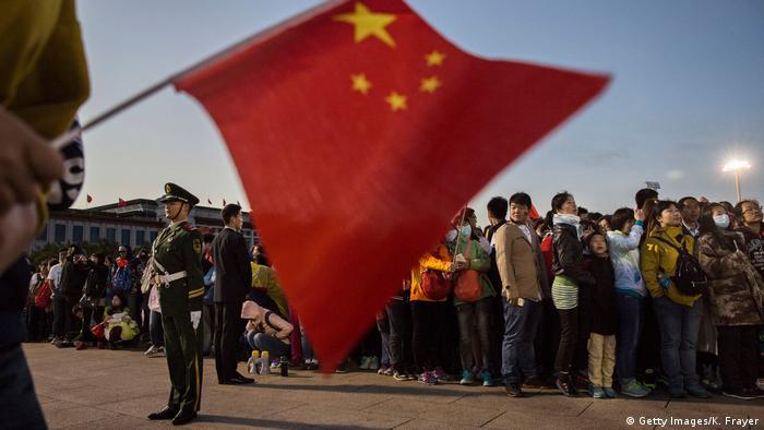 China Nationalfeiertag - Flagge Tiananmen Platz in Peking (Getty Images/K. Frayer)