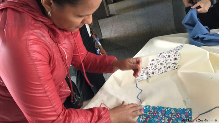 Con ¡Sí Colombia, a coser se dijo! se apela a la solidaridad y la reconciliación. La iniciativa buscaba - y sigue buscando - que la tarea de reconstrucción - que apenas comienza - sea asumida por cada ciudadano/a.