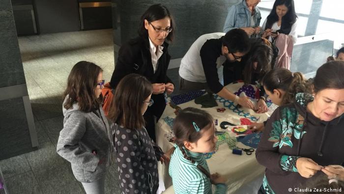 Niños, jóvenes y adultos aceptaron la oferta de coger aguja, hilo y tela para ayudar a armar el roto tejido de Colombia.