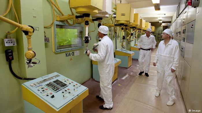 Operarios en una planta de tratamiento de plutonio en Osjorsk, Rusia.