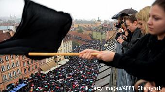 Em 2016, mulheres polonesas protestando com bandeiras negras contra projeto de lei que proíbe totalmente o aborto no país.