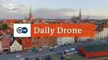 Als Luftaufnahme des Ortes mit DailyDrone - Logo. Juli 2016 +++Der Lizenzgeber überträgt auf die DW an dem Beitrag/Rohmaterial: alle Nutzungs-, Ausschnitt- und Bearbeitungsrechte (insbes. TV, einschl. Pay-TV, HF und Online) nicht exklusiv auch zur Übertragung auf Dritte (insbes. Rebroadcaster) mit folgender Beschränkung: keine+++