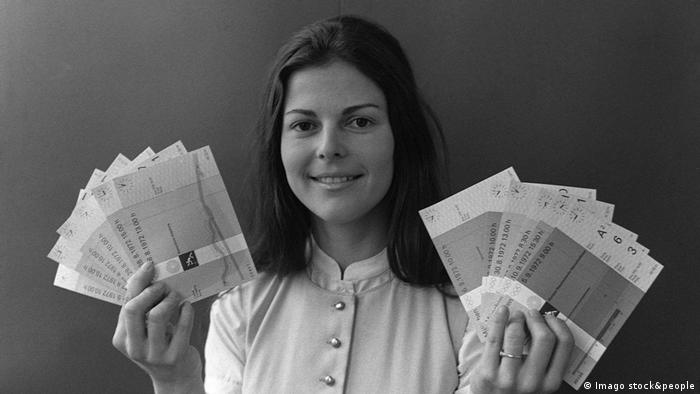 Sylvia Sommerlath with tickets to the 1972 Olympics (Copyright: Imago stock&people)
