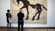 Besucher stehen am 28.09.2016 vor der Tapisserie des Künstlers William Kentridge mit dem Titel «Egyptus Inferior» in der Ausstellung «The Power of the Avant-Garde. Now and Then» im Museum Bozar in Brüssel (Belgien). Foto: Sabine Glaubitz/dpa (zu dpa Avantgarde und Postmoderne: Brüssel will wieder Museen füllen am 02.10.2016) +++(c) dpa - Bildfunk+++ Copyright: picture-alliance/dpa/S. Glaubitz