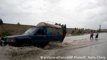 Ein Auto fährt in Haiti über eine überschwemmte Straße (Foto: AP)