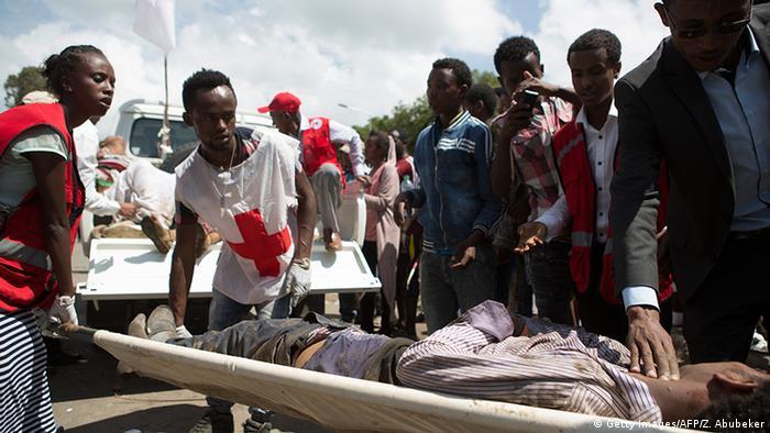 Ein Verletzter wird nach der Massenpanik in Äthiopien abtransportietr