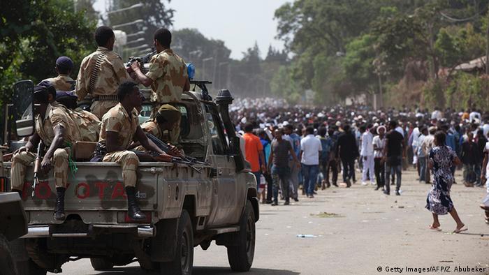 Ein Armeefahrzeug vor Demonstranten in Äthiopien