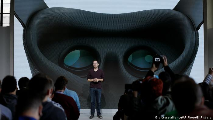 Google's Clay Bavor presents Daydream View virtual reality headset (picture-alliance/AP Photo/E. Risberg)