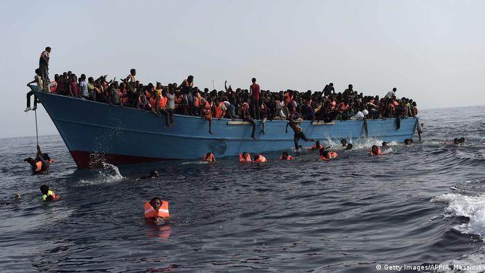 Libyen - Flüchtlinge auf überladenem Boot warten auf Rettung