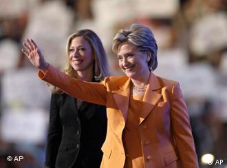 Hillary Rodham Clinton und ihre Tochter Chelsea auf dem Parteitag, Quelle: AP