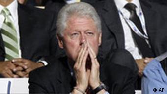 Bill Clinton lauscht der Rede seiner Frau, Quelle: AP