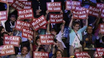 McCain würde keine andere Politik als Bush betreiben, lautet die demokratische Botschaft, Quelle: AP
