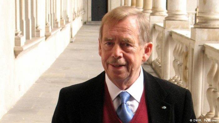 Havel Vaclav, mit polnischer Ausgabe seines Buches 'Fassen Sie sich bitte kurz', 2007, Krakau, Koenigsschloss Wawel (DW/M. Pedziwol)