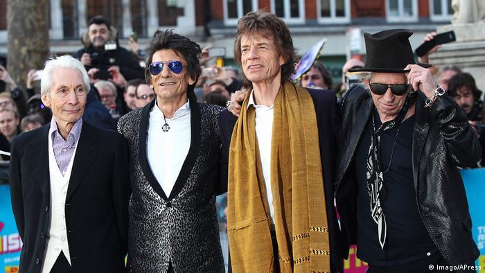 O discreto e elegante Watts com Wood, Jagger e Richards