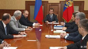 Russlands Präsident Medwedew (m.) und Premierminister Wladimir Putin bei einem Treffen des russischen Sicherheitsrates, Quelle: AP