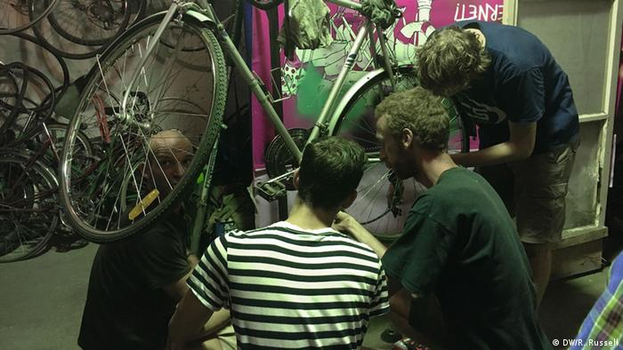 Youths repairing bicycles at Ciclonomia in Budepest