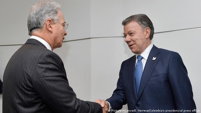 Kolumbien Juan Manuel Santos und Alvaro Uribe (Picture-Alliance/E. Herrera/Colombia's presidencial press office)