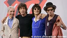ARCHIV- Die Rolling Stones, (l-r) Charlie Watts, Mick Jagger, Ron Wood und Keith Richards, während einer Pressekonferenz am 10.05.2005 in New York. Zum 50. Geburtstag ihrer Band könnte es die Rolling Stones wieder auf die Bühne treiben: Stones-Gitarrist Keith Richards hat in einem Interview mit der «Frankfurter Rundschau» (Ausgabe vom 12.12.2011) Konzerte zum Jubiläum in Aussicht gestellt. Foto:Andrew Gombert dpa/lhe (zu dpa 1783 vom 09.12.2011) +++(c) dpa - Bildfunk+++ |
